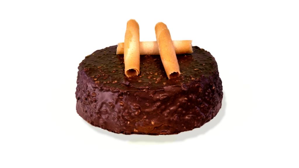 Rocher: pan di Spagna al cioccolato, farcitura crema gianduia, ricoperta di cioccolato gianduia e granella di nocciole. 4-6-8 persone e su ordinazione anche dimensioni superiori