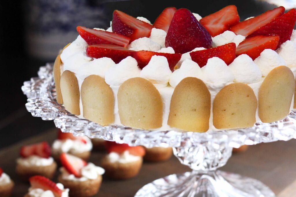 Semifreddo alle fragole: pan di Spagna farcito con panna e mousse alle fragole. 4-6-8 persone e su ordinazione anche dimensioni superiori